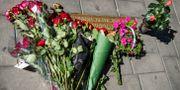 Blommor placerades igår vid platsen där statsminister Olof Palme mördades på Sveavägen i Stockholm. Claudio Bresciani / TT / TT NYHETSBYRÅN