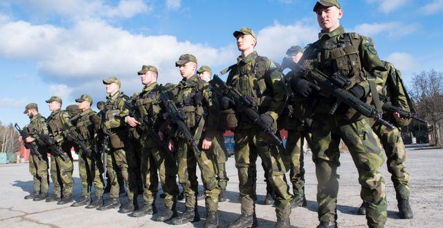 Skyttesoldater på på Ledningsregementet i Enköping under inspektion Fredrik Sandberg/TT / TT NYHETSBYRÅN