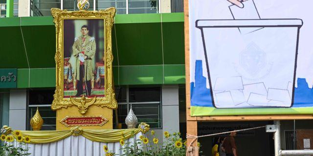 Kungens porträtt utanför en vallokal.  JEWEL SAMAD / AFP