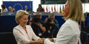 Ursula von der Leyen gratuleras efter att hon blivit vald. Här tillsammans med EU:s utrikeschef Federica Mogherini. Jean-Francois Badias / TT NYHETSBYRÅN/ NTB Scanpix