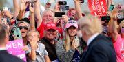 Bild från när väljare välkomnar presidenten vid ett kampanjmöte i Georgia i november förra året.  JONATHAN ERNST / TT NYHETSBYRÅN