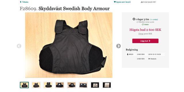 Auktion av skyddsväst.  Kronofogden / TT NYHETSBYRÅN