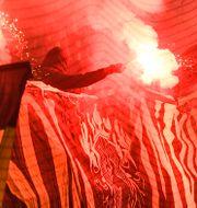 Bengaler i AIK-klacken inför semifinalen i Svenska cupen mellan AIK och Djurgården. Claudio Bresciani/TT / TT NYHETSBYRÅN