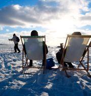 Människor i solen på isen utanför Helsingfors, 14 februari, 2021.  Jussi Nukari / TT NYHETSBYRÅN