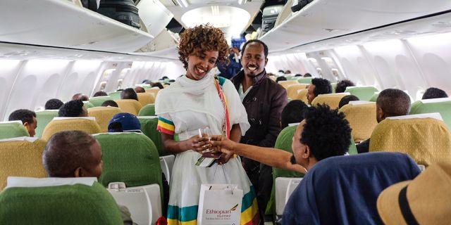 Passagerare bjuds på Champagne på väg till Eritrea. MAHEDER HAILESELASSIE TADESE / AFP