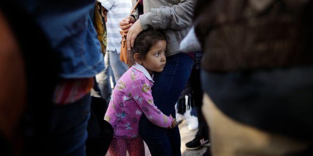 Nicole Hernandez och hennes mamma står i kö för att söka asyl i USA. Gregory Bull / TT / NTB Scanpix