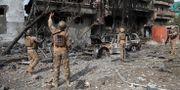 Säkerhetstjänstemän kollar på en utbränd byggnad efter en attack i Kabul den 29 juli som skördade flera dödsoffer. Rahmat Gul / TT NYHETSBYRÅN/ NTB Scanpix