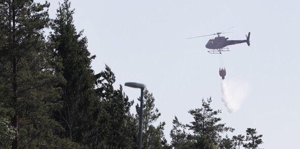 Två helikoptrar vattenbombar området Fredrik Persson/TT / TT NYHETSBYRÅN