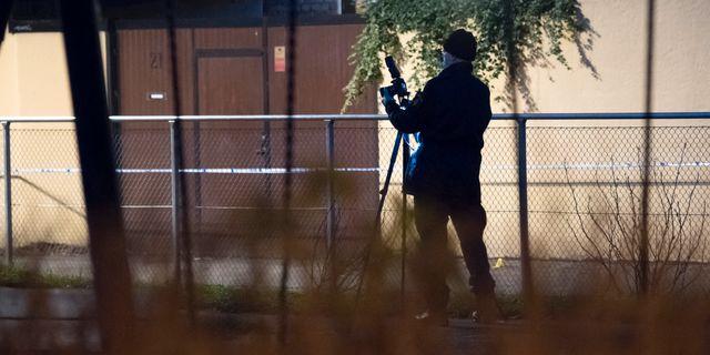 Polisens kriminaltekniker undersöker området i Sofielund där våldtäkten inträffade. Johan Nilsson/TT / TT NYHETSBYRÅN