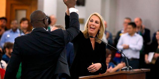Carolyn Kindle Betz, en av St Louis ägare, gör high five. Arkivbild.  David Carson / TT NYHETSBYRÅN