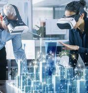 Illustrationsbild av ett framtidsscenario där två arkitekter jobbar med en ritning. Shutterstock/Gorodenkoff