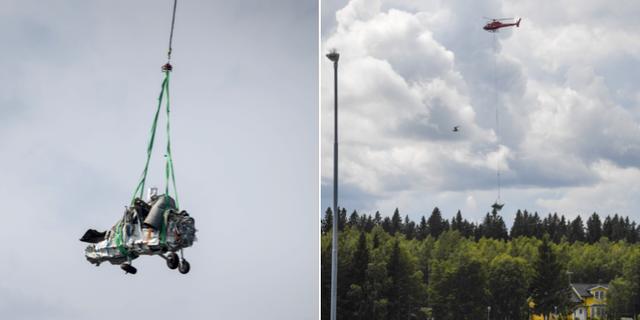 En helikopter bärgar vrakdelar från flygplanet. TT