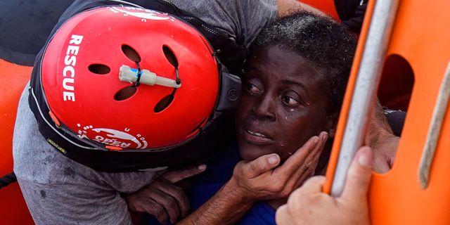 Räddningsarbetare under en insats på Medelhavet igår. Juan Medina / TT NYHETSBYRÅN