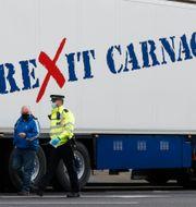 Brittiska lastbilar med anti-brexit texter målade på sig för att demonstrera mot hur brexit drabbar exporten. Alastair Grant / TT NYHETSBYRÅN