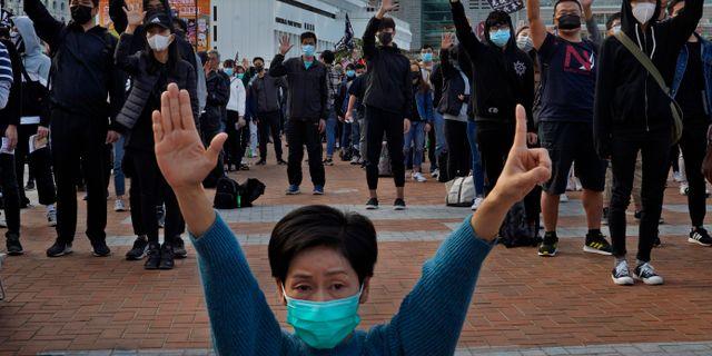 Demonstranter i Hongkong som är emot Kinas inflytande i januari. Vincent Yu / TT NYHETSBYRÅN