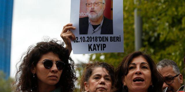 Aktivister protesterar i Istanbul och håller upp ett foto på journalisten Jamal Khashoggi. Lefteris Pitarakis / TT NYHETSBYRÅN/ NTB Scanpix