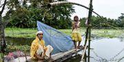Två kvinnor i Nepal söker skydd.  DAVID TALUKDAR / AFP