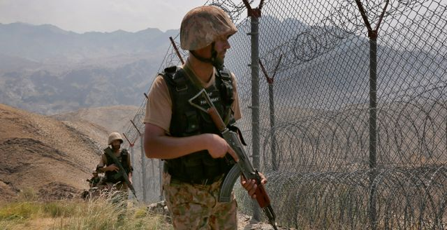 Pakistanska armén bevakar gränsen mot Afghanistan.  Anjum Naveed / TT NYHETSBYRÅN