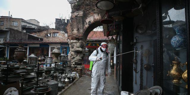 Desinfektion pågår utanför ikoniska Grand Bazaar i Istanbul. Emrah Gurel / TT NYHETSBYRÅN