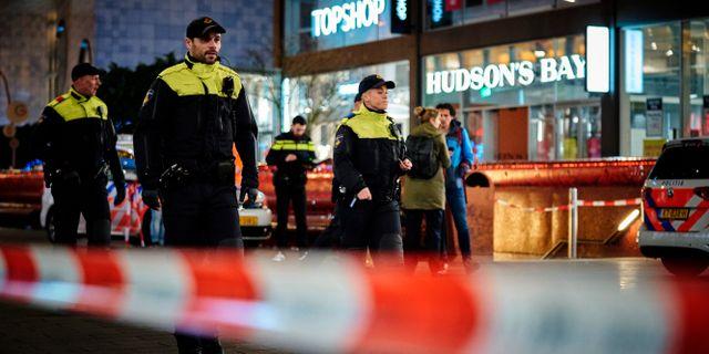 Polis i Haag på gatan där knivattacken inträffade.  Phil Nijhuis / TT NYHETSBYRÅN