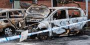Tre utbrända bilar bakom polisens avspärrningar vid Region Skånes lokaler i september.  Johan Nilsson/TT / TT NYHETSBYRÅN