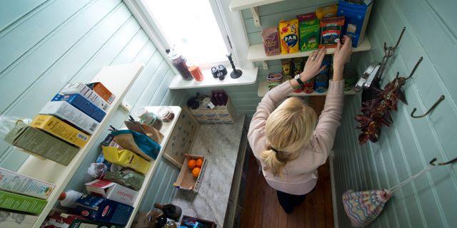 Kvinna i ett skafferi/arkivbild. FREDRIK SANDBERG / TT / TT NYHETSBYRÅN