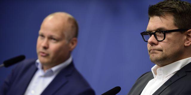 Morgan Johansson (S) och Jonas Trolle (th), chef för Center mot våldsbejakande extremism. HOSSEIN SALMANZADEH/TT / TT NYHETSBYRÅN