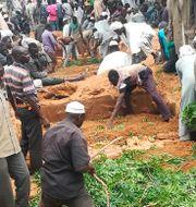 Boende i västra Darfur gräver massgravar efter en attack förra sommaren. Mustafa Younes / TT NYHETSBYRÅN