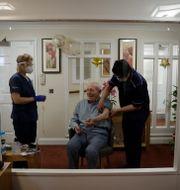 En man på ett äldreboende vaccineras.  Matt Dunham / TT NYHETSBYRÅN