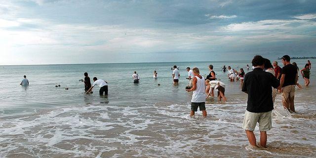 Människor sätter ljusbåtar i vattnet under den svenska minnesceremonin i Khao Lak, Thailand på ettårsdagen efter Tsunamikatastrofen i Sydostasien. Dan Hansson/Svd/TT / TT NYHETSBYRÅN