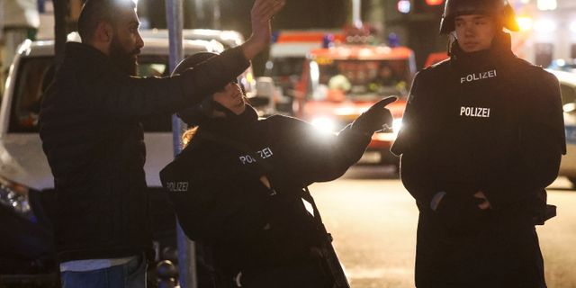 Polisen på platsen för en av skjutningarna. KAI PFAFFENBACH / TT NYHETSBYRÅN