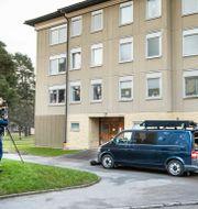 Polisen utanför bostaden. Claudio Bresciani / TT / TT NYHETSBYRÅN