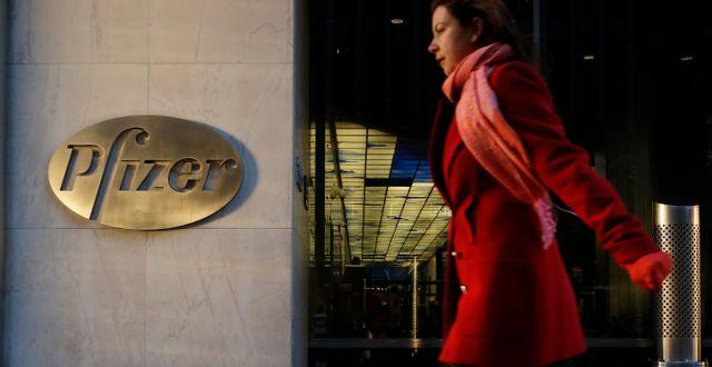 Kvinna går förbi Pfizers kontor. Mark Lennihan / TT NYHETSBYRÅN