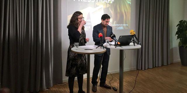 Civilminister Ardalan Shekarabi och gymnasieminister Anna Ekström på en pressträff.  Socialdemokraterna.