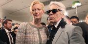 Tilda Swinton med Karl Lagerfeld. Ahn Young-joon / TT NYHETSBYRÅN