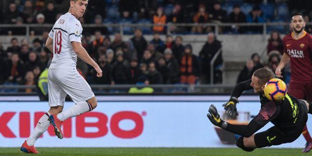 AC Milans Krzysztof Piatek skjuter 1–0 bakom Robin Olsen i Romamålet. TIZIANA FABI / AFP