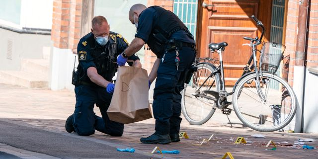Polisens kriminaltekniker arbetar på brottsplatsen.  Johan Nilsson/TT / TT NYHETSBYRÅN