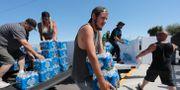 Volontärer delar ut vatten efter den kraftiga jordbävningen i Kalifornien. DAVID MCNEW / TT NYHETSBYRÅN