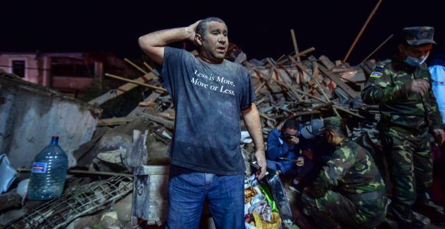 En man vid det förstörda lägenhetshuset i Ganja. Ismail Coskun / TT NYHETSBYRÅN