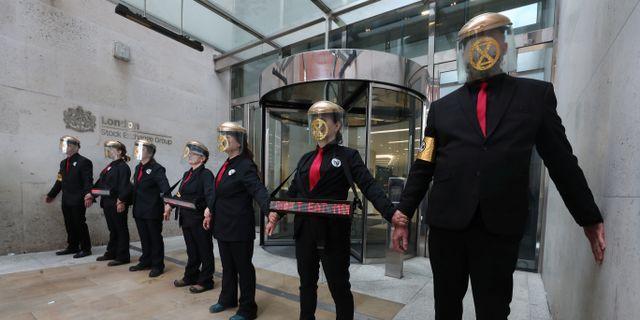 Klimataktivister blockerar entrén till Londonbörsen.  SIMON DAWSON / TT NYHETSBYRÅN