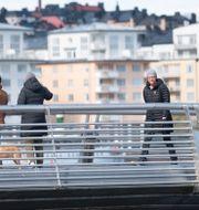Svenskar njuter av vårvädret i Stockholm trots coronakrisen. Fredrik Sandberg/TT / TT NYHETSBYRÅN