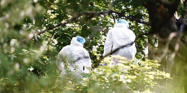 Polisens tekniker undersöker platsen i Tensta, där en död person påträffades under morgonen. Polisen kan ännu inte kommentera dödsorsaken. Henrik Montgomery/TT / TT NYHETSBYRÅN