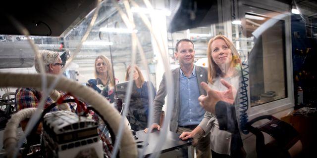 Centerledaren Annie Lööf besöker Powercell. Björn Larsson Rosvall/TT / TT NYHETSBYRÅN