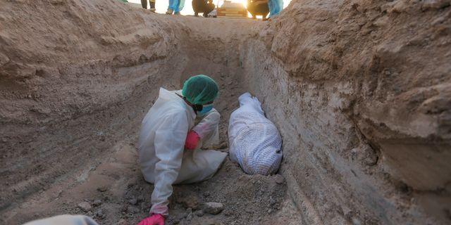 Begravning för coronaoffer i Irak.  Anmar Khalil / TT NYHETSBYRÅN