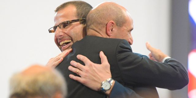 Robert Abela (med glasögon) i en kram med Chris Fearne, som också kandiderade till ny partiordförande. MATTHEW MIRABELLI / AFP