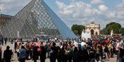 Köerna ringlade långa utanför Louvren på onsdagen. Thibault Camus / TT NYHETSBYRÅN