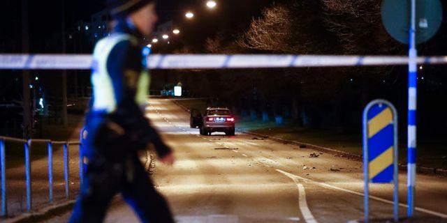 Vägen spärrades av efter att bilen på bilden fattat eld och sedan exploderat. Thomas Johansson/TT / TT NYHETSBYRÅN