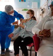 Kvinna får Astras vaccin i Paraguay.  Jorge Saenz / TT NYHETSBYRÅN