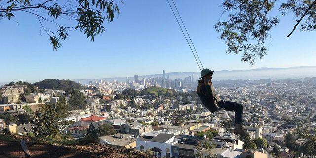 Mystiska repgungor har ploppat upp över hela San Francisco. En av de mest omtala är den på toppen  av Tank Hill. SwingbombSF
