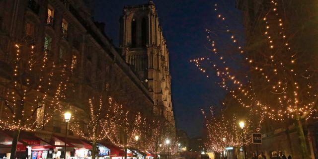 Juldekorationer utanför den nedsläckta kyrkan.   Michel Euler / TT NYHETSBYRÅN